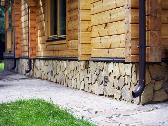 Отделка цоколя в деревянном доме